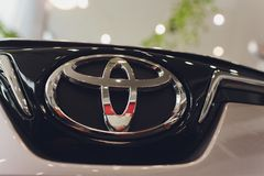 Oefa, Rusland - 14 Februari 2019 Nagelnieuw Toyota Corolla kwam aan het handel drijven aan Zwart polijst auto met de nummerplaat  royalty-vrije stock foto