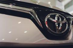 Oefa, Rusland - 14 Februari 2019 Nagelnieuw Toyota Corolla kwam aan het handel drijven aan Zwart polijst auto met de nummerplaat  stock afbeelding
