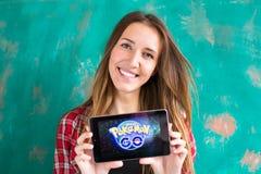 Oefa, Rusland - 29 juli: De vrouw toont de tablet met Pokemon embleem, 29 Juli, 2016 in Oefa, Rusland gaat Royalty-vrije Stock Foto's