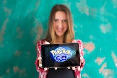 Oefa, Rusland - 29 juli: De vrouw toont de tablet met Pokemon embleem, 29 Juli, 2016 in Oefa, Rusland gaat Stock Fotografie