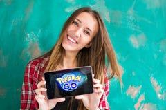 Oefa, Rusland - 29 juli: De vrouw toont de tablet met Pokemon embleem, 29 Juli, 2016 in Oefa, Rusland gaat Stock Foto