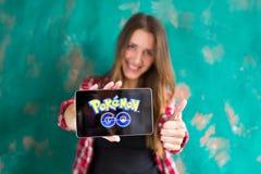 Oefa, Rusland - 29 juli: De vrouw toont de tablet met Pokemon embleem, 29 Juli, 2016 in Oefa, Rusland gaat Royalty-vrije Stock Foto
