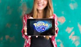 Oefa, Rusland - 29 juli: De vrouw toont de tablet met Pokemon embleem, 29 Juli, 2016 in Oefa, Rusland gaat Royalty-vrije Stock Afbeeldingen