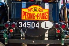 Oefa, Rusland, 22 Juni, 2019: Zevende verzameling Peking-Parijs Naambordverzameling op de boomstam van Bentley Speed 6 royalty-vrije stock foto's