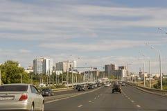 Oefa, Siberië Rusland 1 augustus, 2017 Straten van de stad met hoge huizen en partij van auto's in de zomer traveling royalty-vrije stock fotografie