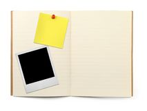 Oefenboek met fotoframe en gele nota stock afbeeldingen