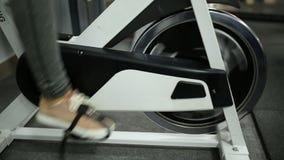 Oefening op een hometrainer stock video