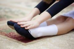 Oefening op uitbreiding. Het bereik van handen voor voetbeen. stock fotografie