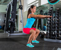 Oefening van de lucht de hurkende vrouw bij gymnastiek Stock Afbeelding