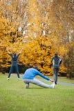 Oefeningen en het uitrekken zich Stock Foto