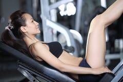 Oefeningen om de spieren van de benen te versterken Stock Foto