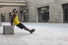 Oefeningen op de sterkte van handen bicepsen en triceps stock foto