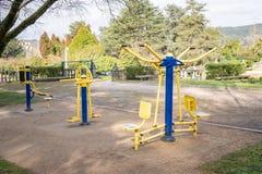 Oefeningsmachines op openbaar park stock foto's
