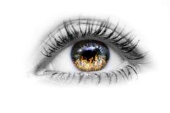 Oeil avec l'incendie dans les yeux