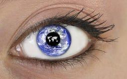 Oeil avec la terre de planète Photos stock