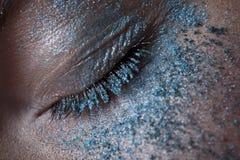 Oeil avec le fard à paupières bleu givré Photo stock