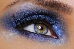 Oeil avec le fard à paupières bleu lumineux Photographie stock