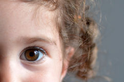 Oeil d'un enfant heureux Images stock