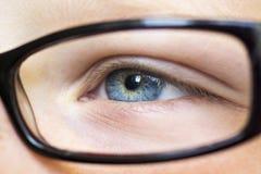 Oeil dans haut étroit en verre Photo stock
