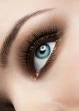 Oeil de femme avec le renivellement photos stock