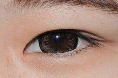 Oeil de femme avec le verre de contact image stock