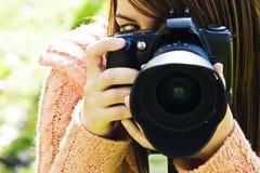 Oeil de femme derrière l'appareil-photo Image stock