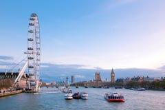 Oeil de Londres avec grand Ben au crépuscule Photographie stock libre de droits