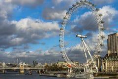 Oeil de Londres avec le ciel semi-nuageux Photos stock