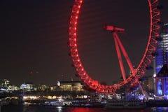 Oeil de Londres en rouge la nuit photos stock