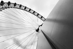 Oeil de Londres sur la photo noire et blanche vue de directement ci-dessous Images libres de droits