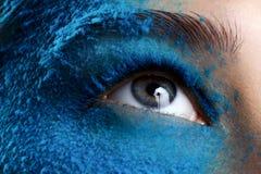 Oeil de plan rapproché avec le maquillage bleu Images libres de droits