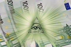 Oeil de Providence, faisceaux au-dessus des billets de banque cent euros Photos stock
