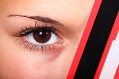 Oeil derrière un par la carte de crédit Photos libres de droits