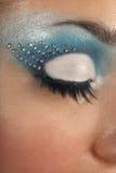 Oeil femelle avec le renivellement bleu photographie stock
