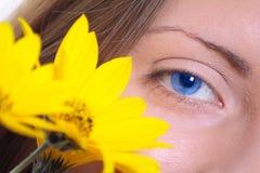 Oeil femelle avec une fleur jaune numéro deux Image stock
