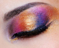 Oeil fermé avec le fard à paupières multicolore Photo stock