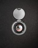 Oeil humain en trou de piaulement photographie stock