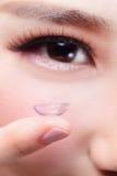 Oeil humain et verre de contact Photographie stock libre de droits