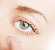 Oeil humain et verre de contact Photos stock