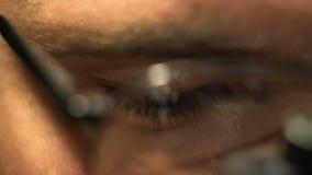 Oeil masculin en verres en gros plan clips vidéos