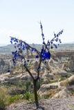 Oeil mauvais dans l'arbre derrière la vallée d'amour en parc national de Goreme Photo stock