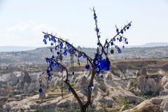 Oeil mauvais dans l'arbre derrière la vallée d'amour en parc national de Goreme Photographie stock