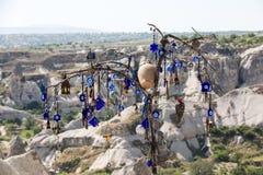 Oeil mauvais dans l'arbre derrière la vallée d'amour en parc national de Goreme Cappadocia Photo libre de droits