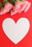 Oeillet rose avec le message d'amour du jour de mère Photo libre de droits