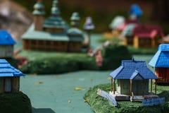 Oekraïens dorp met huizen en een kerk in miniatuur stock foto