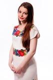 Oekraïens meisje die nationaal geborduurd die overhemd dragen op wit wordt geïsoleerd stock fotografie