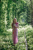 Oekraïens meisje in nationaal kostuum bij natuurlijk Stock Afbeeldingen