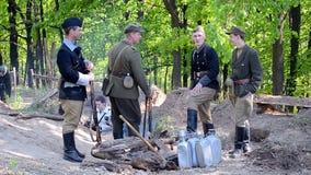 Oekraïens Opstandig Leger (UPA) in het bos, Militaire Geschiedenisfestival Peremoga RE, Kiev, de Oekraïne, stock videobeelden