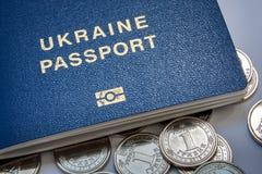 Oekraïens paspoort en nieuwe muntstukken stock foto's