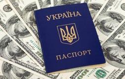 Oekraïens paspoort over de dollarsrekeningen van de V.S. Stock Afbeelding